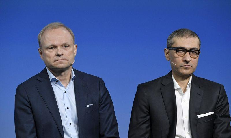 """Naujasis """"Nokia"""" prezidentas ir generalinis direktorius Pekka Lundmarkas (kairėje) ir atsistatydinantis vadovas Rajeevas Suri. Markku Ulanderio (""""Scanpix""""/""""Imago images"""") nuotr."""