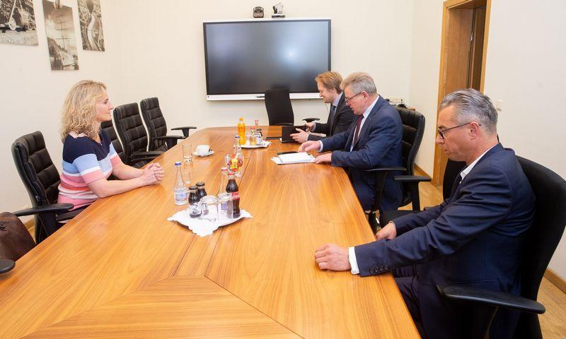 """Susisiekimo ministro Jaroslavo Narkevičiaus susitikimas su """"Lietuvos pašto"""" vadovybe. Juditos Grigelytės (VŽ) nuotr."""