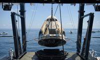 """""""SpaceX"""" kapsulė """"Crew Dragon Endeavour"""" sėkmingai pasiekė Žemę"""