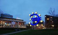 Euro zona tebelieka pandemijos gniaužtuose