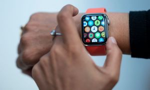 """ES pradėjo tyrimą dėl """"Google"""" planuojamo """"Fitbit"""" įsigijimo"""