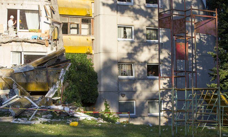 """Vilniaus Architektų g. penktadienį nukrito daugiabučio balkonas. Roko_Lukoševičiaus (""""15min.""""/""""Scanpix"""") nuotr."""