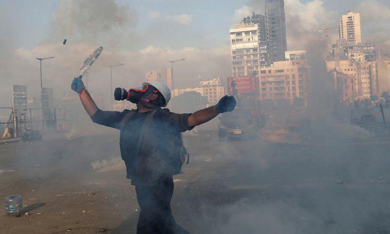 """Po sprogimo gedinčiame, krizės nualintame Beirute šeštadienį vyko protestai. Gorano Tomaseviciaus (""""Scanpix"""" / """"Reuters"""") nuotr."""
