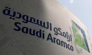 """Dėl koronaviruso smukus naftos paklausai, """"Saudi Aramco"""" pelnas krito 73%"""