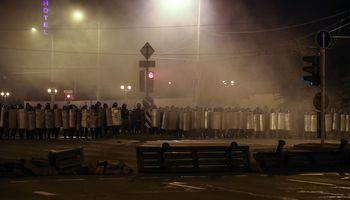 Ketvirtą protestų vakarą baltarusiai vaikomi ašarinėmis dujomis ir guminėmis kulkomis