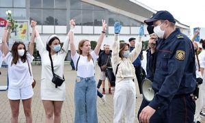 Įvairiuose Baltarusijos miestuose žmonės rikiuojasi į gyvąsias grandines