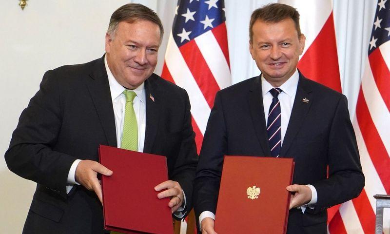 """M. Pompeo ir M. Blaszczakas pasirašė susitarimą, leidžiantį į Lenkiją iš Vokietijos perkelti JAV karius. AFP / """"Scanpix"""" nuotr."""