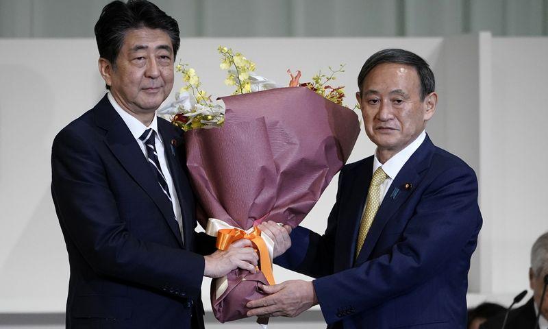 """Shinzo Abe, Japonijos premjeras ir Yoshihide Suga (""""ZUMA WIRE"""" / """"Scanpix"""") nuotr."""