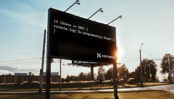 """Užsakomasis straipsnis programuotojų dienos proga, kviečiantis dirbti """"Hostinger"""""""