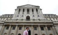 Anglijos centrinis bankas įspėja dėl ekonomikos, svaras pinga