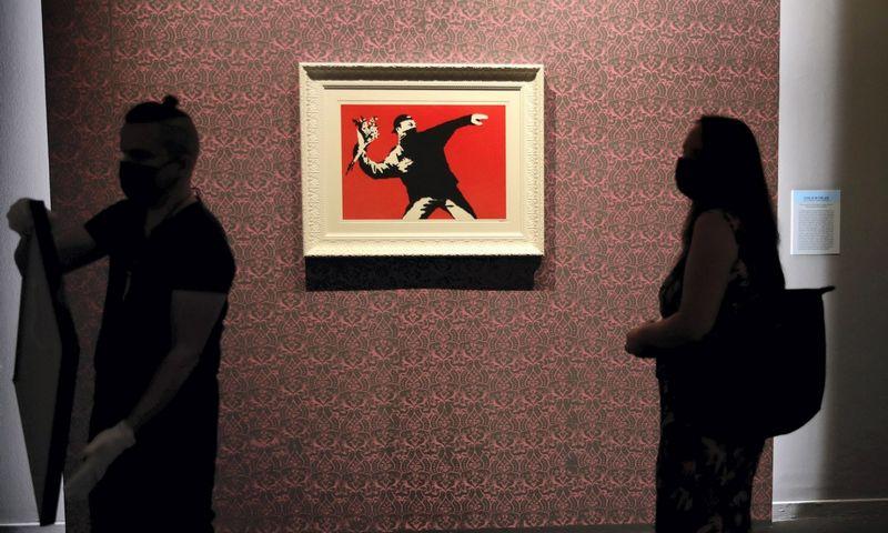 "Banksy darbas ""Love Is in the Air"". Alessandra Tarantino (""Scanpix""/""AP Photo"") nuotr."