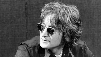 """Po 40-ies metų už savo """"niekingą poelgį"""" atsiprašė J. Lennono žudikas"""