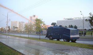 Prieš protestuotojus Minske panaudotos vandens patrankos