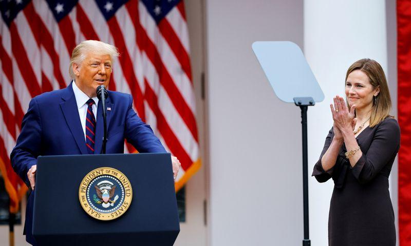 """JAV prezidentas Donaldas Trumpas pasiūlė Aukščiausiojo Teismo teisėja skirti Amy Barrett. Carlos Baria (""""Reuters""""/""""Scanpix"""") nuotr."""