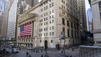 """Akcijų biržose ralis, investuotojus pasiekė abejotinas pasiūlymas dėl """"Tesla"""" akcijų"""