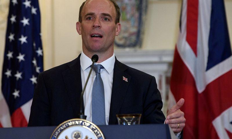 """Britų užsienio reikalų sekretorius Dominicas Raabas.  Nicholas Kamm (""""Reuters""""/""""Scanpix"""") nuotr."""