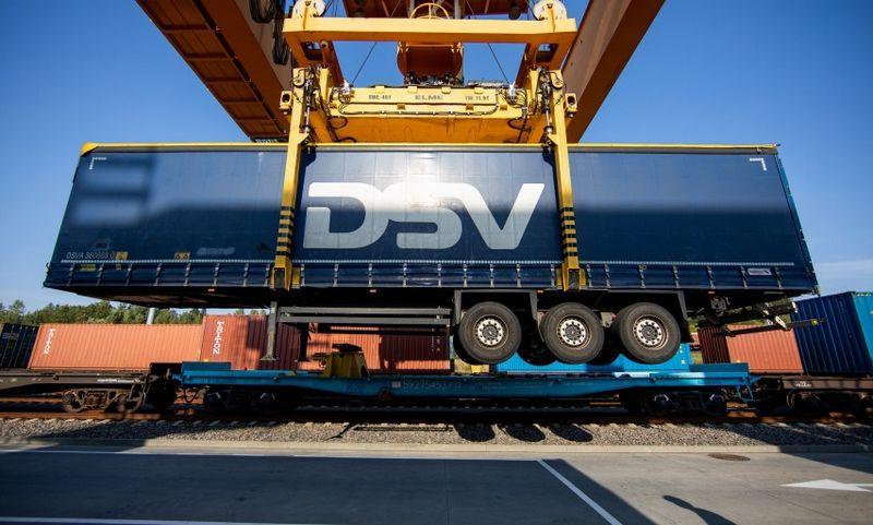 Pirmoji Lietuvoje traukiniu pervežta puspriekabė. Susisiekimo ministerijos nuotr.