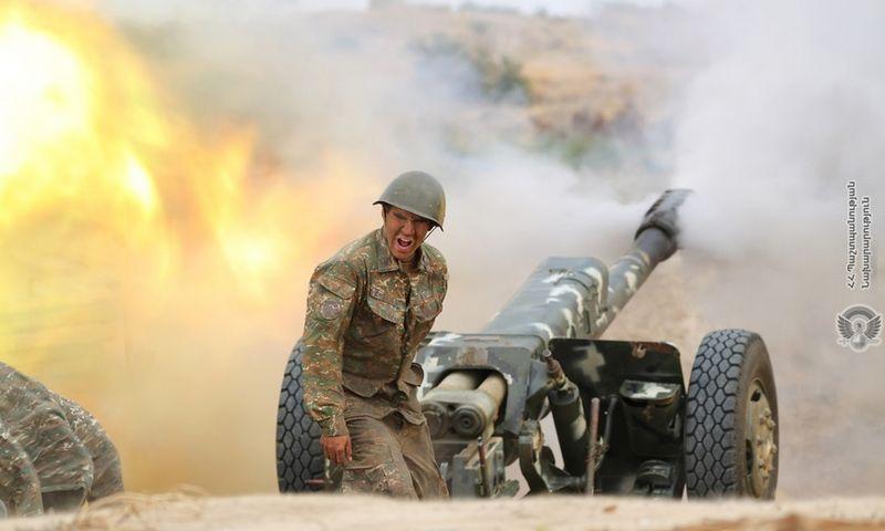 """Kalnų Karabacho artilerijos pajėgos apšaudo Azerbaidžano pozicijas. Armėnijos gynybos ministrijos/AP/""""Scanpix"""" nuotr."""