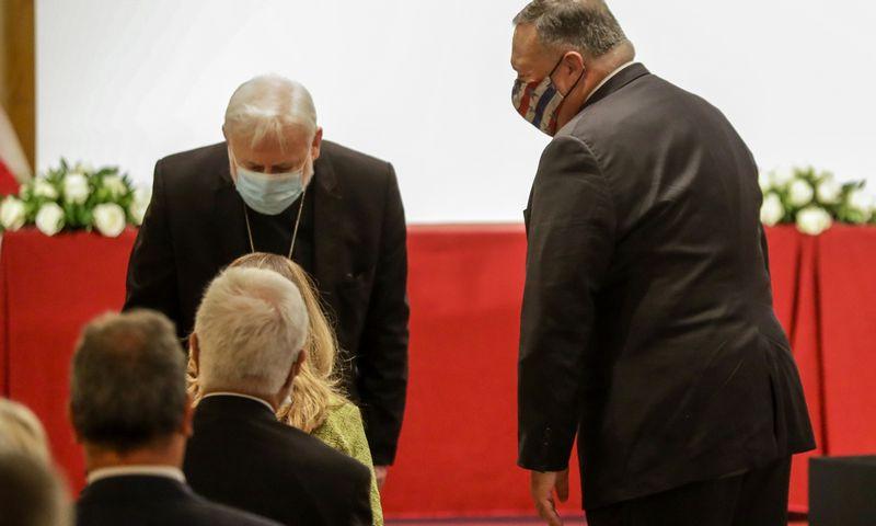 """JAV valstybės sekretorius Mike'as Pompeo (dešinėje) ir Vatikano sekretorius ryšiams su užsienio šalimis arkivyskupas Paulas Gallagheris trečiadienį Romoje vykusiame simpoziume, skirtame tarptautinei religijos laisvei. Andrew Medichini (AP/""""Scanpix"""") nuotr."""