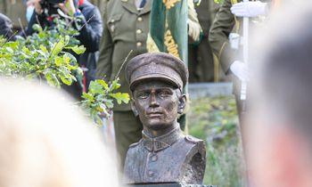 Atidengtas paminklas partizanų vadui A. Ramanauskui-Vanagui