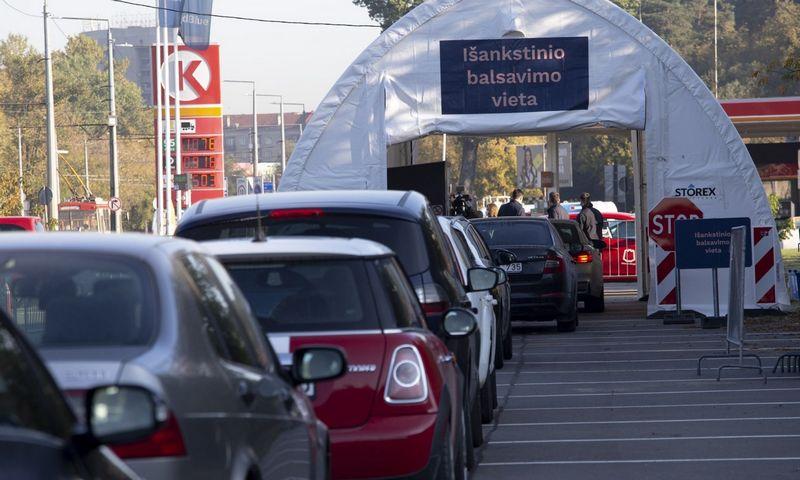 Išankstinis balsavimas iš automobilių. Valdo Kopūsto (15min.lt) nuotr.