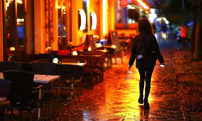 """Berlyno restoranai ištuštėjo nuo spalio 14-osios, kai įsigaliojo draudimas dirbti nuo 23 val. iki 6 val. ryte. Hannibal Hanschke (""""Reuters""""/""""Scanpix"""") nuotr."""