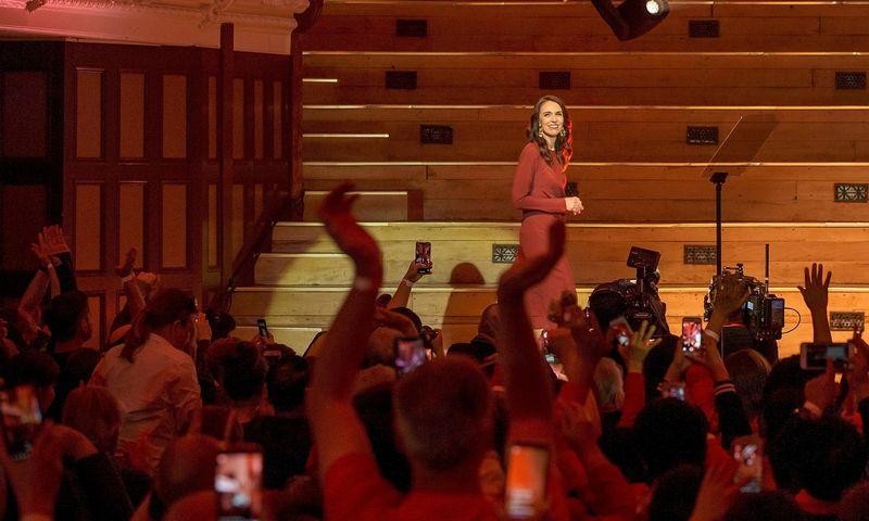 """Naujosios Zelandijos premjerė Jacinda Ardern balsavusiems už ją ir leiboristus pažadėjo, kad dirbs kiekvienam šalies gyventojui. David Rowland (""""Reuters"""" / """"Scanpix"""") nuotr."""