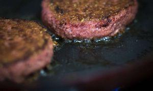 """ES ūkininkai siekia uždrausti produktus be mėsos vadinti """"mėsainiais"""" ar """"dešrelėmis"""""""