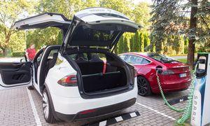 """""""Tesla"""" pelnas praėjusį ketvirtį išaugo dvigubai, augant automobilių pristatymui"""