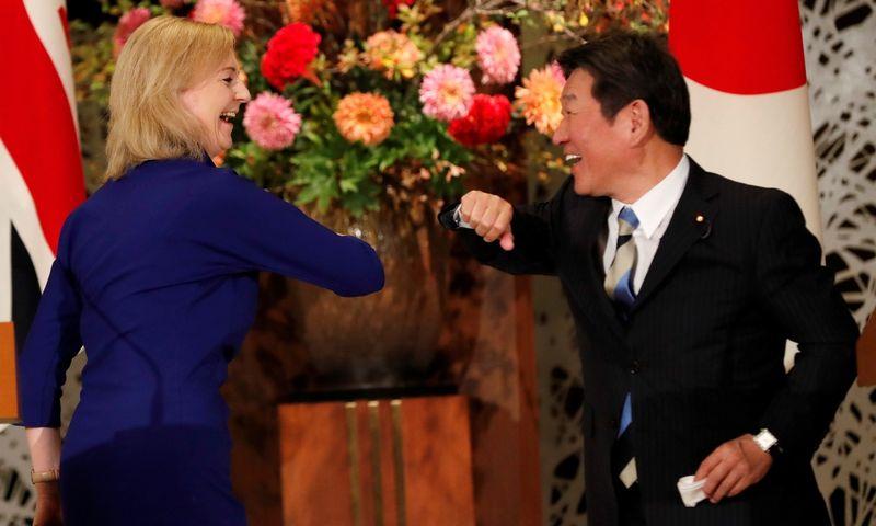 """JK tarptautinės prekybos sekretorė Elizabeth Truss ir Japonijos užsienio reikalų ministas. Toshimitsu Motegi. Kim Kyung-Hoono (""""Reuters"""" / """"Scanpix"""") nuotr."""
