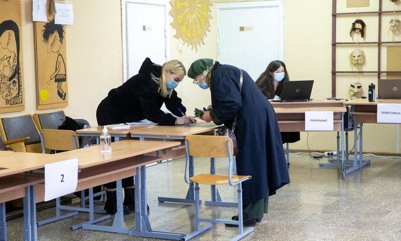 Žmonės balsuoja 2020 m. Seimo rinkimų antrąjame ture Kazliškių ir Rinktinės apylinkėse Vilniuje. Juditos Grigelytės (VŽ) nuotr.