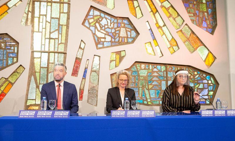 Laisvės partijos spaudos konferencija: Aušrinė Armonaitė (centre), Vytautas Mitalas ir Evelina Dobrovolska Juditos Grigelytės (VŽ) nuotr.