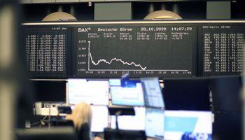 Ūmėjanti pandemija sėja baimę akcijų biržose, nafta pinga 5%