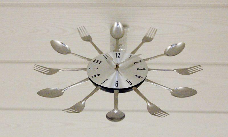 Šaukštais ir šakutėmis dekoruotas laikrodis. Vladimiro Ivanovo (VŽ) nuotr.