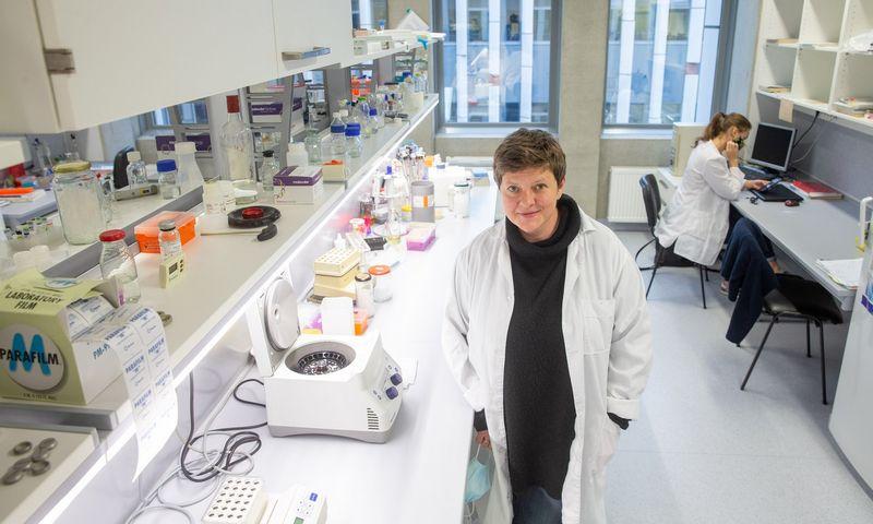 """Dr. Laura Kalinienė, virusologė: """"Dar reikia išsiaiškinti ir tai, ką reiškia simptomų nebuvimas – ar kad organizmas puikiai susitvarko, ar kad virusas jį gudriai apgauna, ir kokie to galimi padariniai ilgalaikėje perspektyvoje."""" Juditos Grigelytės (VŽ) nuotr."""