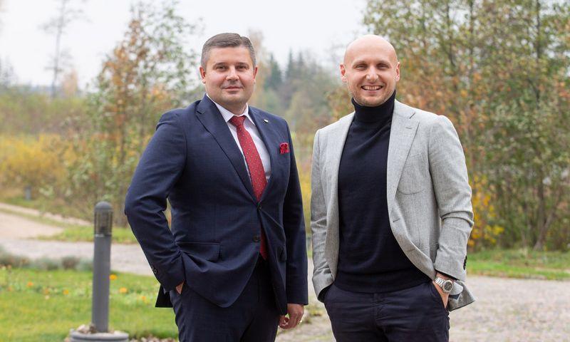 """Ramūnas Miliauskas, AB """"Achema"""" generalinis direktorius, """"Verslo žinių"""" skaitytojų išrinktas metų vadovu (kairėje) ir Tomas Okmanas,  UAB """"360 IT"""" direktorius, šįmet pelnęs Metų CEO apdovanojimą. Juditos Grigelytės (VŽ) nuotr."""