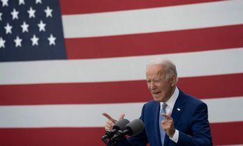 J. Bidenui pirmaujant apklausose, ekspertai įspėja nesitikėti transatlantinių santykių renesanso