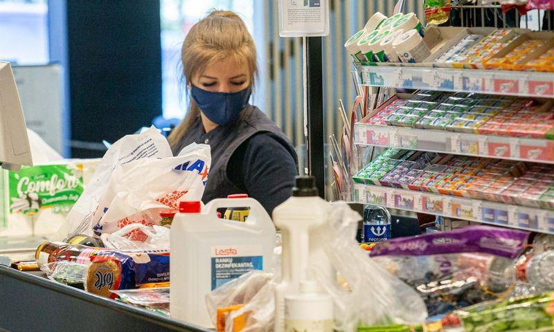 """Darbuotojų ir klientų saugumui užtikrinti nuo COVID-19 pandemijos pradžios prekybos tinklas """"Maxima"""" kas mėnesį papildomai skiria apie 0,3 mln. Eur. Juditos Grigelytės (VŽ) nuotr."""