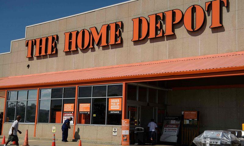 """""""Home Depot"""", didžiausias JAV prekių namams parduotuvių tinklas, už 9,1 mlrd. USD perka didmeninę platintoją """"HD Supply Holdings"""". Nicholaso Kammo (AFP / """"Scanpix"""") nuotr."""