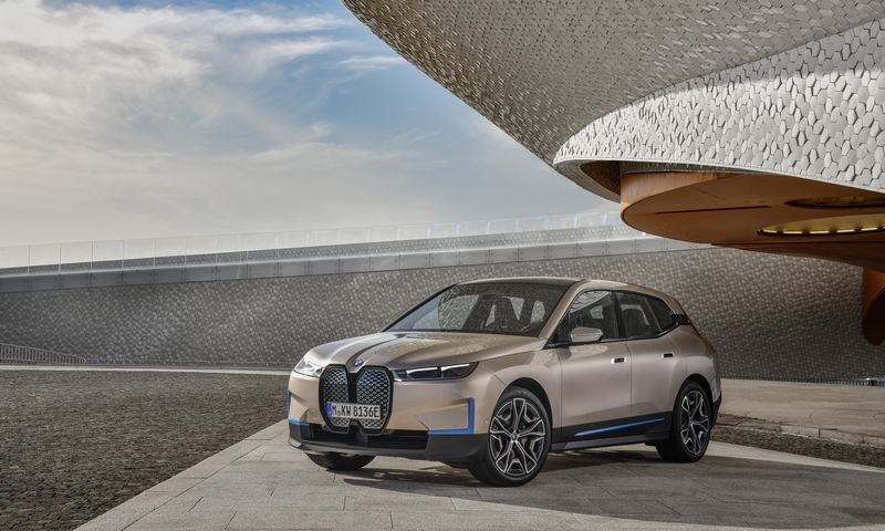 """Kontroversiškos išvaizdos """"iX"""" taps pirmuoju serijiniu 5-osios kartos BMW elektromobiliu. BMW AG nuotr."""