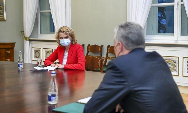 Prezidentas Gitanas Nausėda susitinka su kandidate į ekonomikos ir inovacijų ministrus Aušrine Armonaite. Roberto Dačkaus (Prezidento kanceliarija) nuotr.
