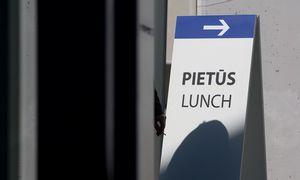 Karantino naujovė: darbdaviai siunčia darbuotojams pietus į namus