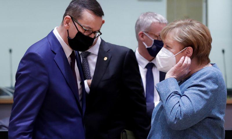 """Mateuszas Morawieckis, Lenkijos premjeras, ir Angela Merkel, Vokietijos kanclerė. Olivier Hosleto (""""Reuters"""" / """"Scanpix"""") nuotr."""