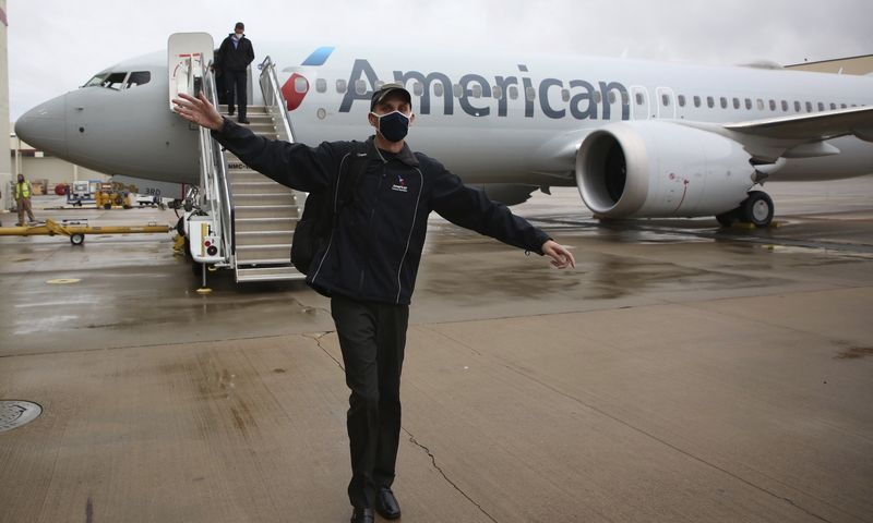 """Žurnalistai po """"American Airlines"""" surengto skrydžio """"Boeing 737 MAX"""" lėktuvu. Mike'o Simonso (AP / """"Scanpic"""") nuotr."""