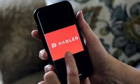 """""""Parler"""" pašalinta iš """"Google Play"""" dėl Kapitolijaus šturmo"""