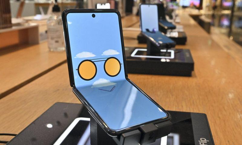 """""""Samsung"""" ima koncentruotis į telefonų su lankstomais ekranais gamybą (Nuotraukoje – """"Galaxy Z Flip"""" modelis).  Jung Yeon-je (""""Scanpix"""" / AFP) nuotr."""