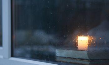 Laisvės gynėjams atminti – žvakutės languose