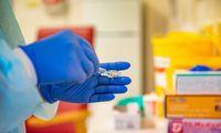 Europos šalys laikinai gaus perpus mažiau vakcinų, nei planuota