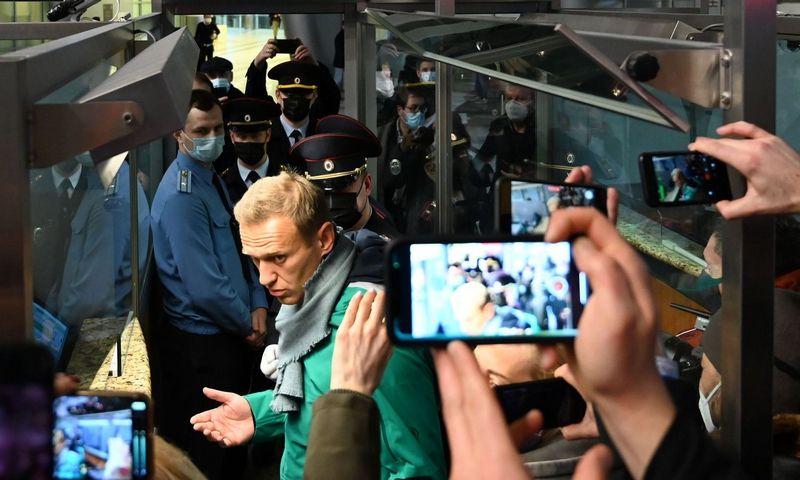 """Rusijos opozizcijos lyderis Aleksejus Navalnas sulaikytas maskvos Šeremetjevo oro uoste. Kirilo Kudriavcevo (AFP / """"Scanpix"""") nuotr."""