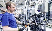Automobilių gamintojai ieško galimybės perkvalifikuoti darbuotojus